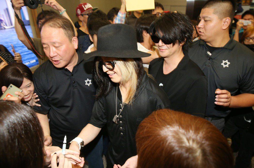 日本著名搖滾天團「Glay」應邀來台在金曲獎頒獎典禮演出,下午抵台吉他手HISA...