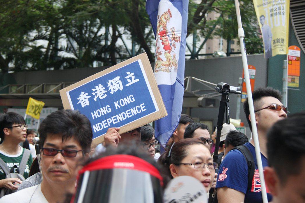 香港回歸20年過去了,90年代鄧小平喊出:「50年不變,馬照跑舞照跳。」但對比近...