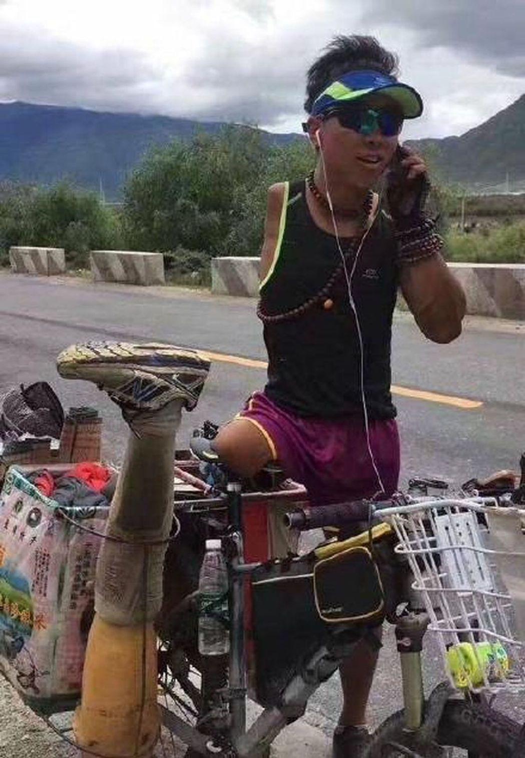 來自遼寧的國家級殘疾人運動員郭少宇,歷時19天騎行318國道最終到拉薩。(取材自...