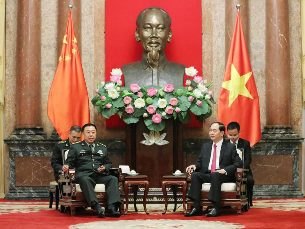 中國中央軍委副主席范長龍(左前)18日訪問越南,會見越南國家主席陳大光(右前)。...
