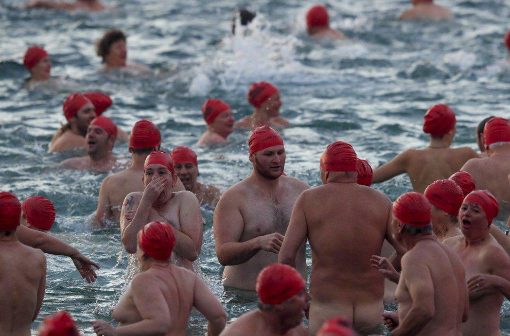 澳洲塔斯馬尼亞島參加裸泳活動的人數創紀錄,他們不畏嚴寒,衝入冷冰冰的河中。圖/歐...