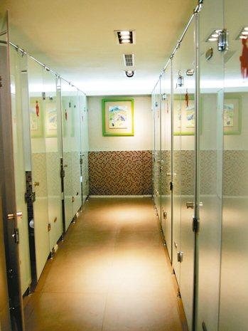 台鐵魔法1號公益廁所的女廁,玻璃門搭配馬賽克磁磚,有時尚設計感。 台鐵局/提供