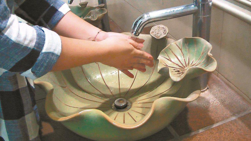 高雄史博館藝術公廁裡的洗手盆,是開展的蓮葉。 記者徐如宜/攝影