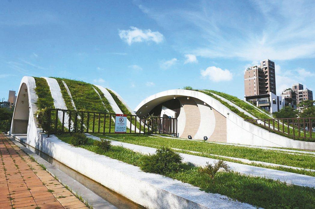 台中市西屯區文修公園的公廁,強調通風設計。 記者洪敬浤/攝影