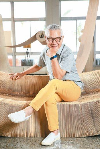 白髮、粗框眼鏡,加上魚尾紋,在68歲朱平的身上,顯得帥氣有型。 記者林伯東/攝影