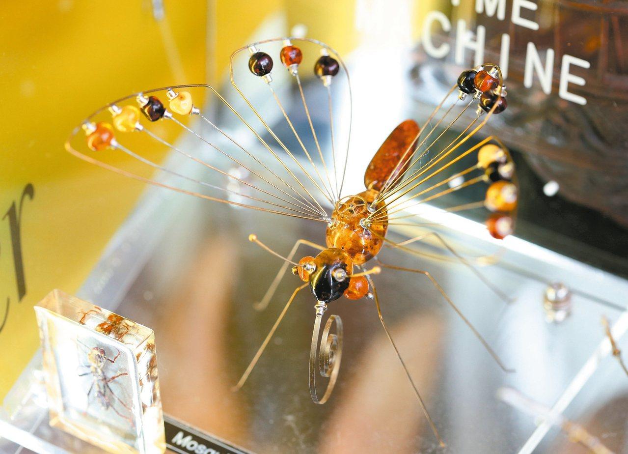 用琥珀及鐘錶零件作的造型昆蟲。 記者邱德祥/攝影