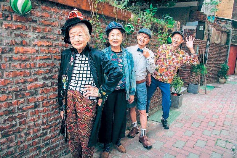 成大學生協助台南銀同社區改造,老人家拍寫真集,架勢十足,社區也有不同的樣貌。 記...