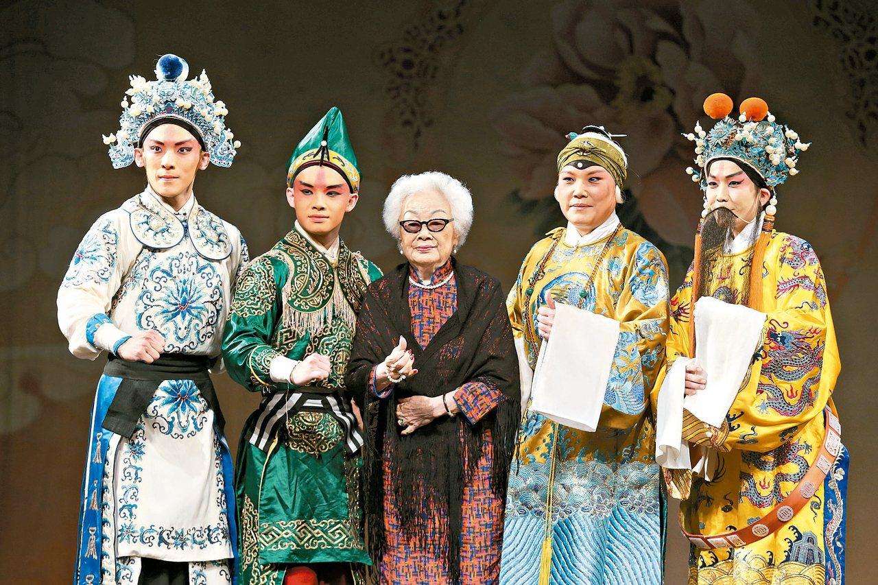 京劇名伶戴綺霞老師(中),百歲登台演出《觀音得道》,上午和戲曲學院學生合影。 記...