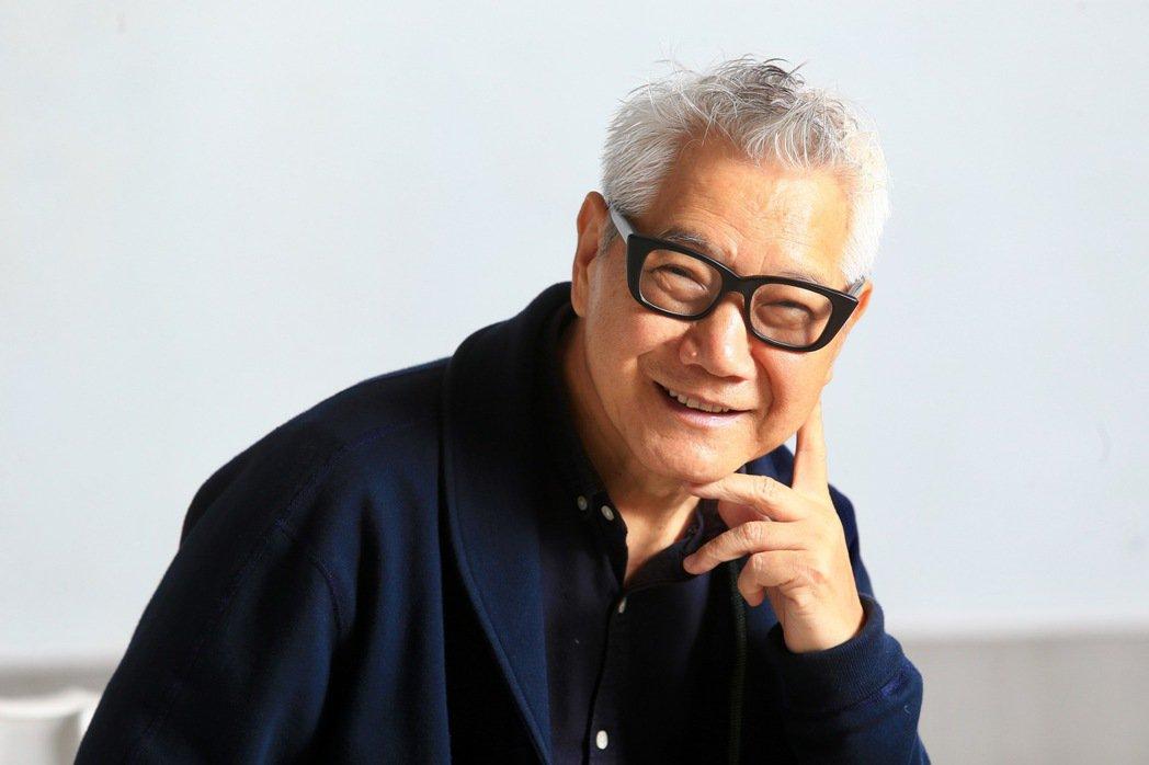 白髮、粗框眼鏡,加上魚尾紋,湊在六十多歲的朱平臉上並不礙眼,反而「有型」。灰白髮...