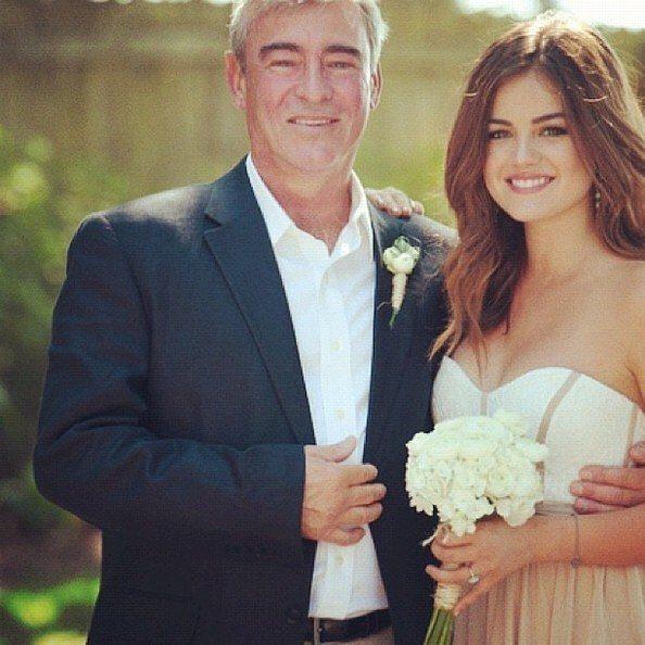 露西赫爾在IG分享與父親合照。 圖/擷自IG