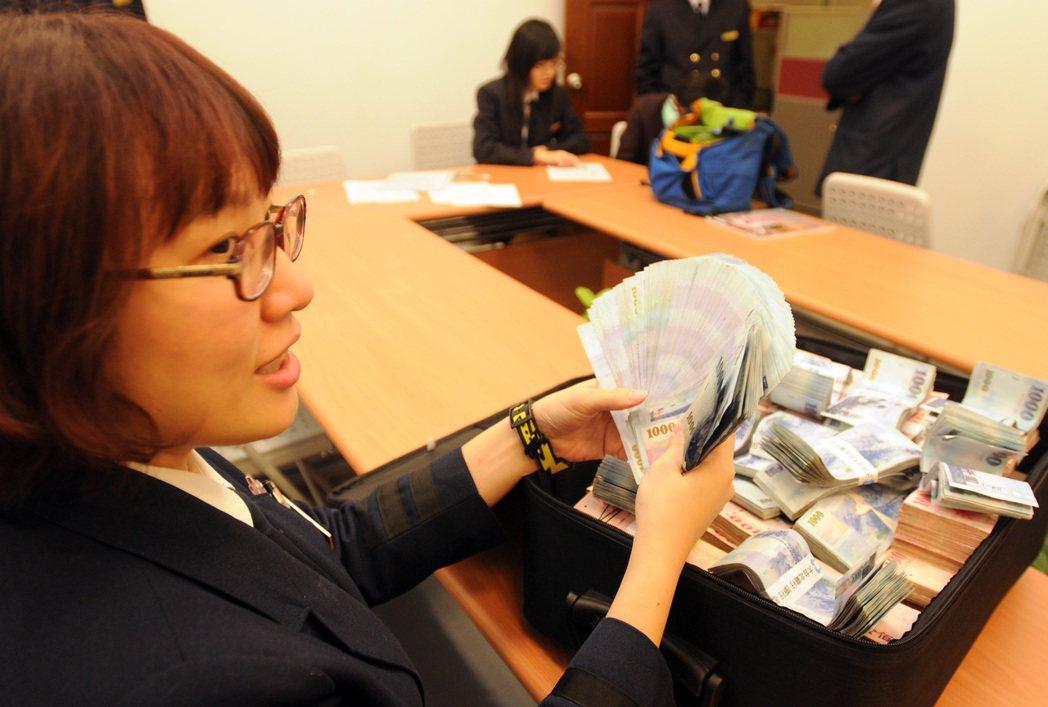 自6月28日起,民眾攜帶超額新台幣出入境時,若未申報也未獲得央行核准,超過10萬...