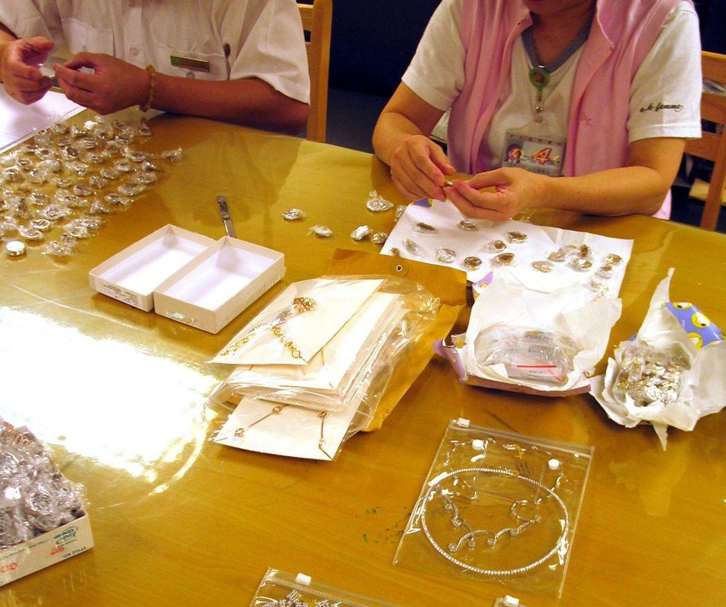 2005時曾有一對香港夫婦攜帶約3000萬元珠寶入境,企圖逃漏營業稅,遭海關查獲...