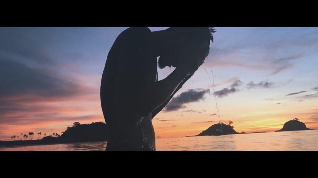 影片中網友對王陽明洗頭的這一幕印象深刻,頻頻大喊「帥氣」。 圖/擷自youtub...