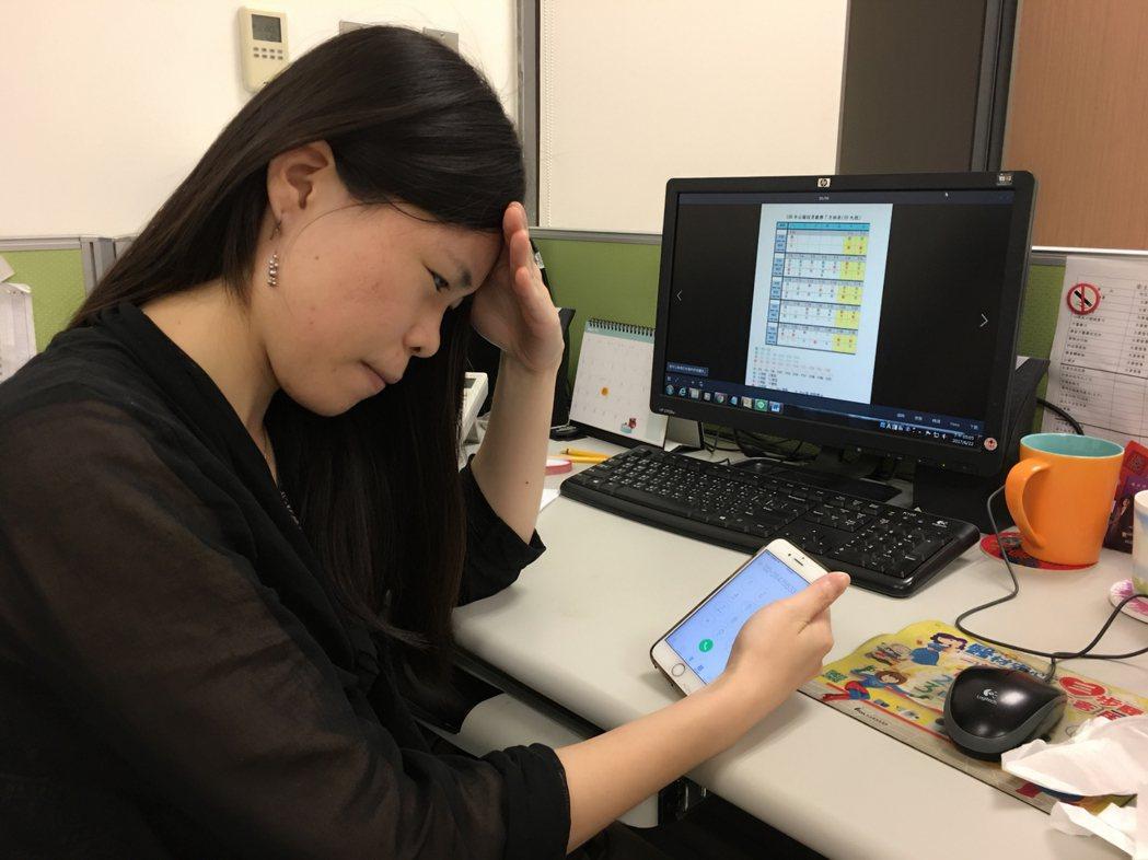 國外研究證實,長時間使用3C產品會誘發頭痛。  記者鄧桂芬/攝影