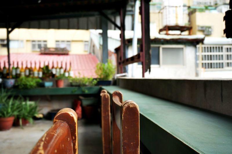 陽台,寧靜老屋與都市繁華的交界。(林郁姍/攝)