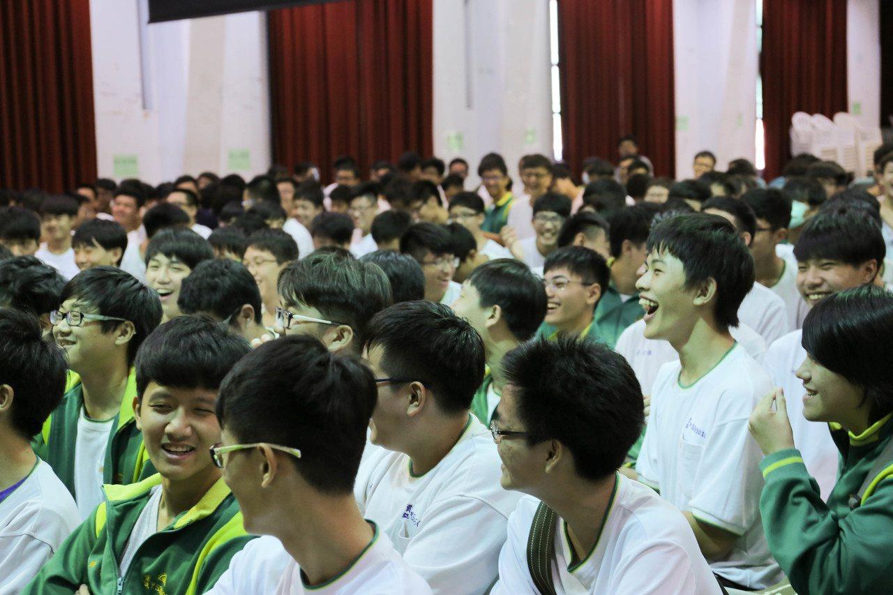 由中鋼集團教育基金會與聯合報系主辦的「青春路上-與大師相遇」校園系列講座,21日...