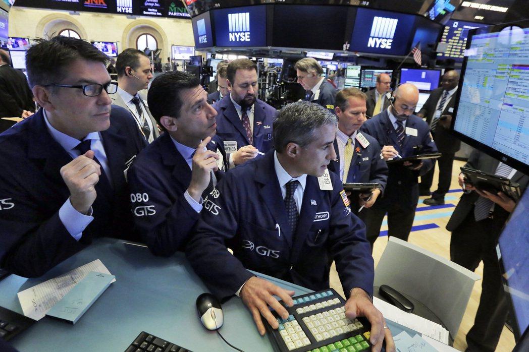 油價下跌拖累能源股,也增添投資人對低通膨的疑慮。(美聯社)