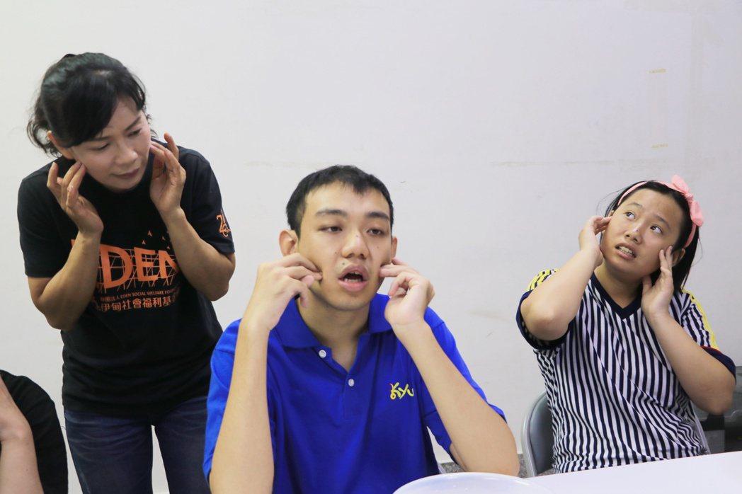 伊甸心園小作所教保員康嘉惠(左1)將照顧罕病兒子的經驗化作最好的教學根柢,帶著小...