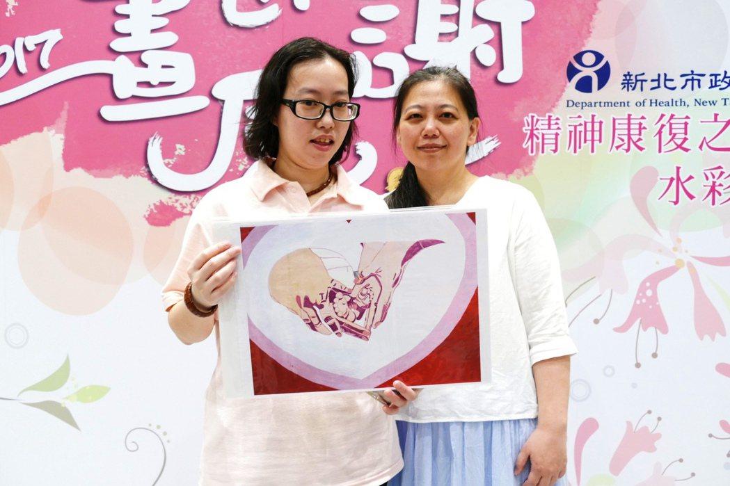 精神康復病友楊英珮(左),在畫作中以溫暖守護的大手呈現父母的愛,感謝父母的付出。...