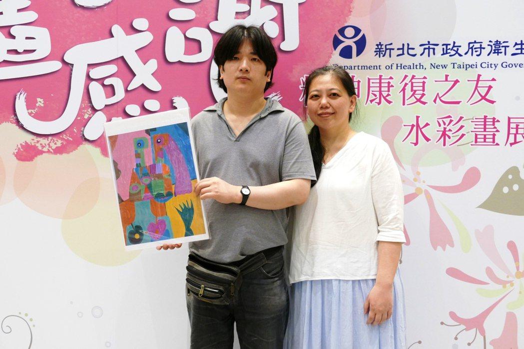 精神康復病友蕭建安(左),在畫作中描繪他眼中的職能治療師謝宜君(右),感謝老師的...
