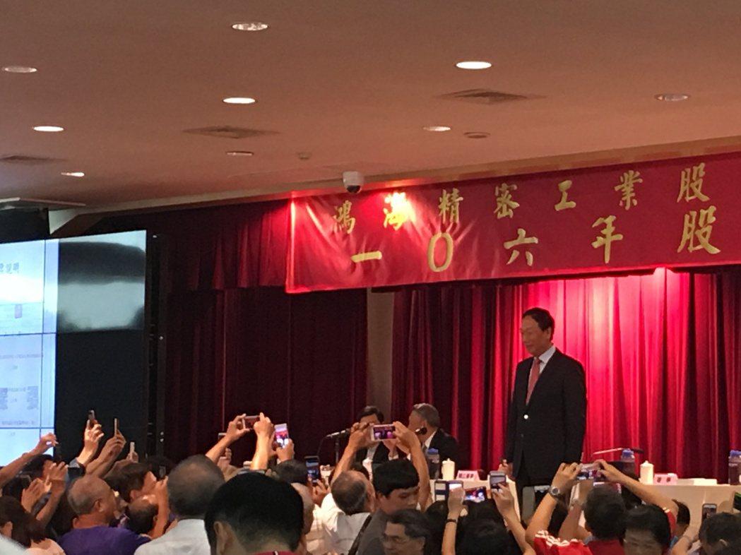鴻海董事長郭台銘今天在股東大會受到廣大股東爭相拍照歡迎。 記者尹慧中/攝影