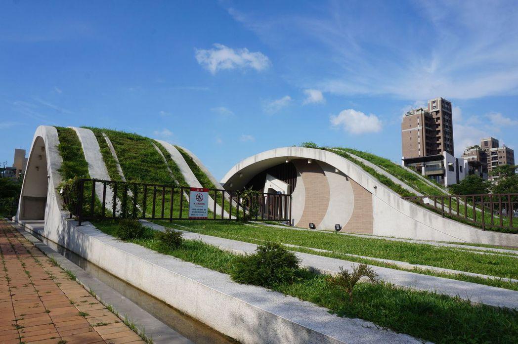 台中市西屯區文修公園的公廁,波浪造型很吸睛。記者洪敬浤/攝影
