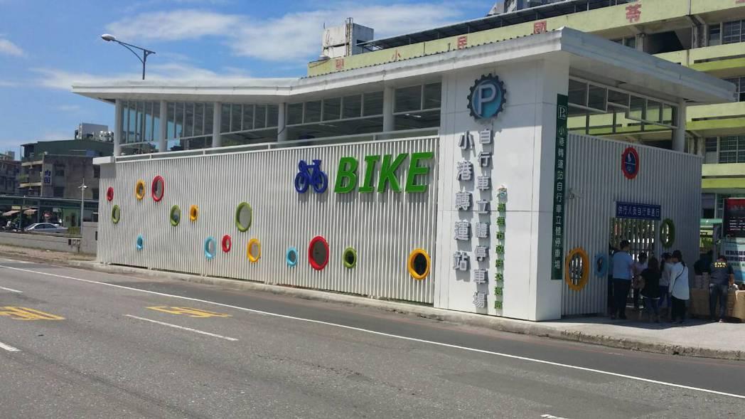 高雄市第一座、也是全台首座自行車專用立體停車場「小港轉運站自行車立體停車場」今天...