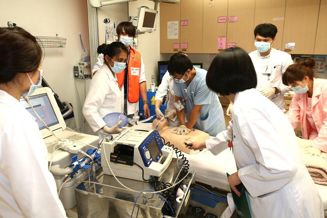 世大運大量傷患實兵演練醫療應變上午在新光醫院操演,進行大量傷患進到醫院的應變程序...