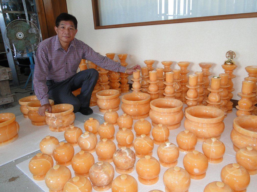 花蓮縣台灣寶石博物館廠長張智欽轉型開發各種宗教用品。記者范振和∕攝影