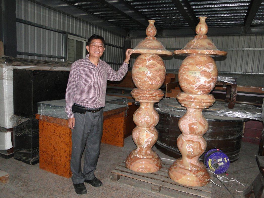 花蓮縣台灣寶石博物館廠長張智欽轉型製作宗教用品佛前燈。記者范振和∕攝影