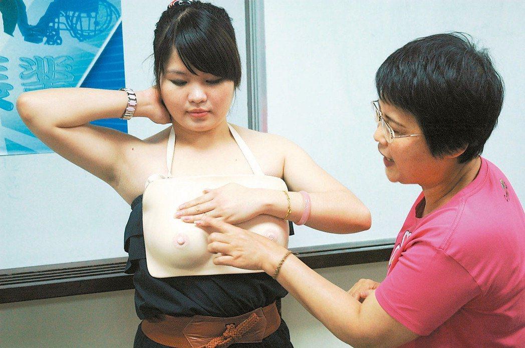 醫師提醒,女性45歲以上,及滿40歲有乳癌家族史,可每2年一次接受免費乳房X光攝...
