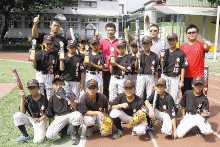 東山國小棒球隊成軍16年,曾經拿下卦山盃全國少棒賽冠軍,受邀到日本比賽。圖/本報...