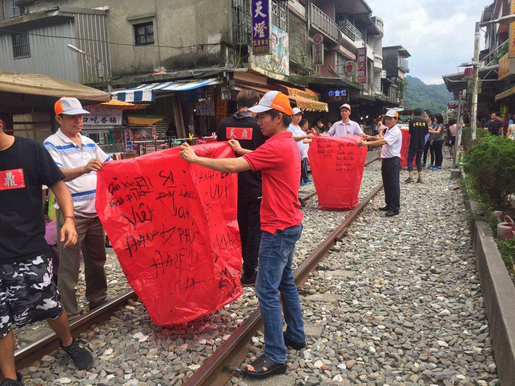 台商勝邦金屬公司斥資4000萬元安排越南員工來台旅遊,昨赴桃園平溪、台北101等...
