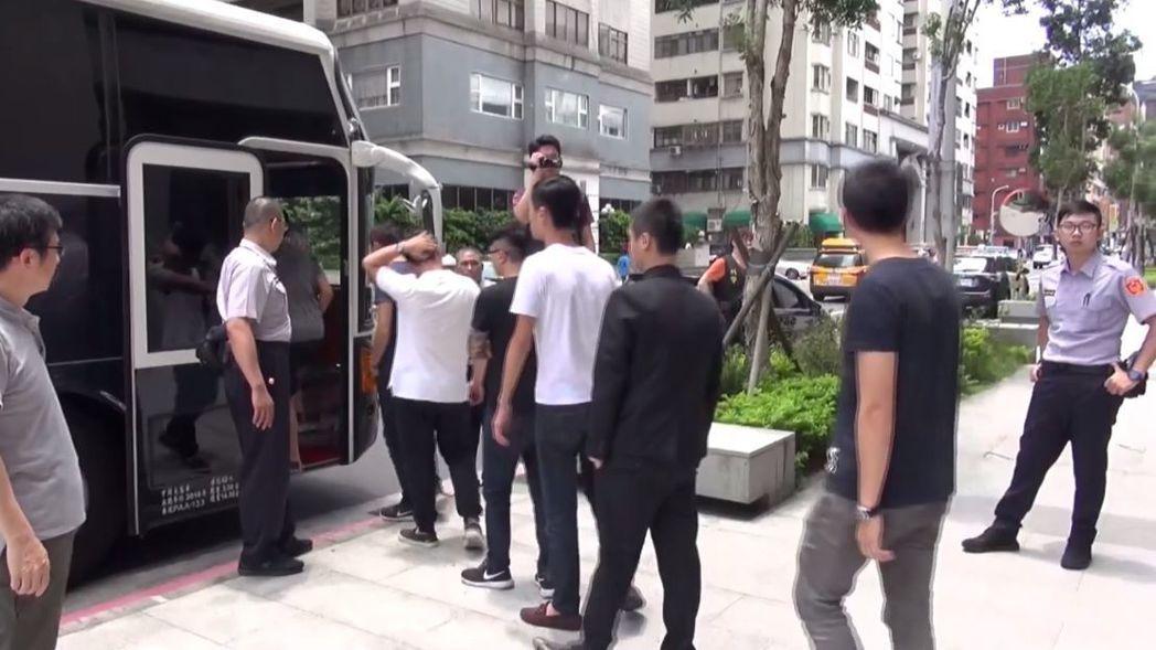 台北市某三溫暖遭42名男子闖入「霸桌」,占用桌椅卻不消費,警方趕到帶回現場違序分...
