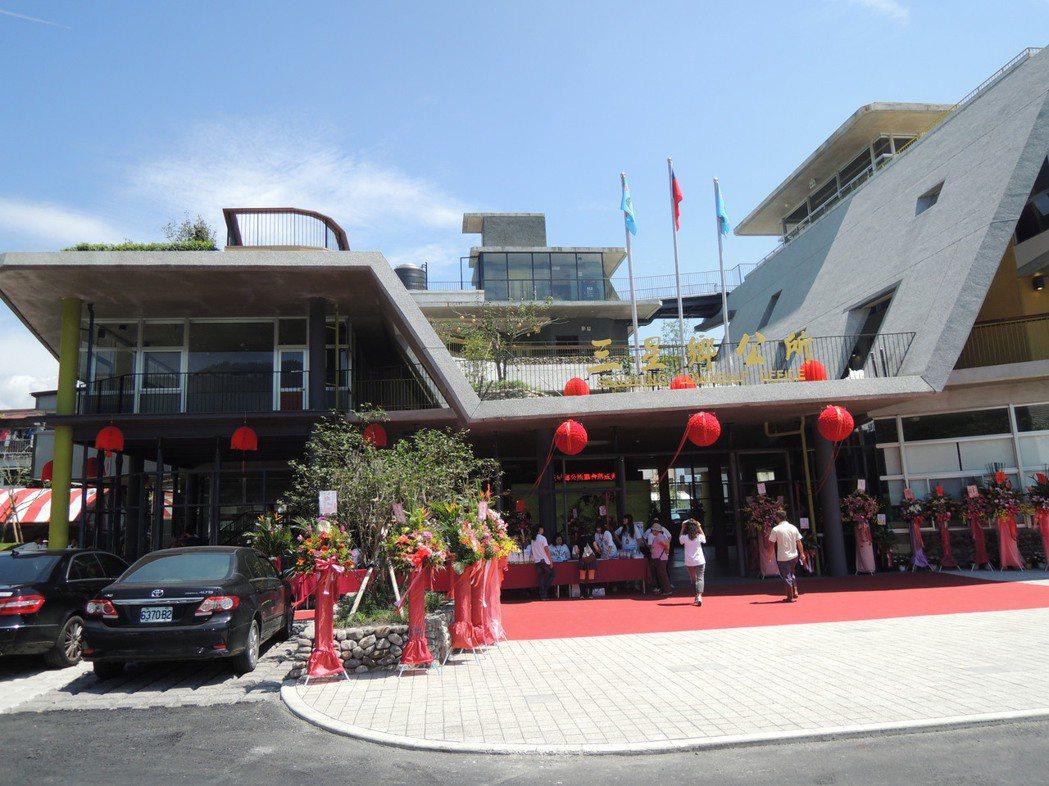 三星鄉新的行政中心竣工,日前搬入新廳舍,今天舉行啟用典禮。記者張芮瑜/攝影