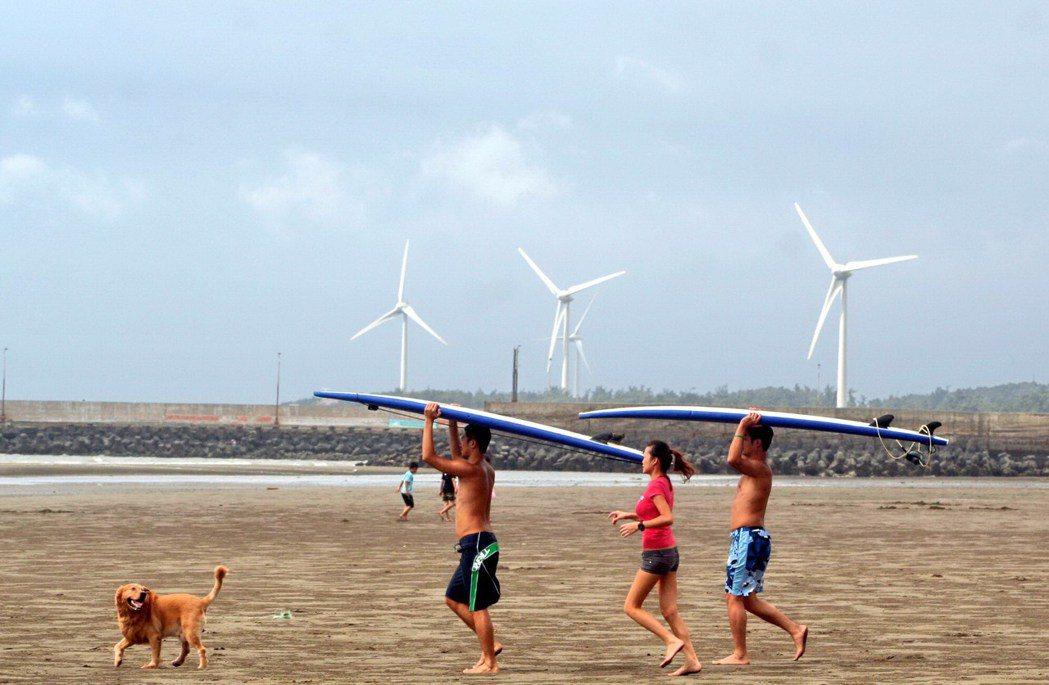 竹南鎮假日之森是知名的沖浪勝地。本報資料照片