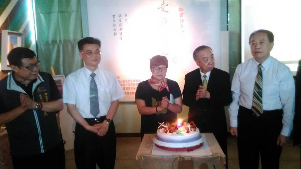 曾沉陷毒海十餘年的陳慧珠(圖中)現身說法,強調已當志工17年,她的生日願望是當個...