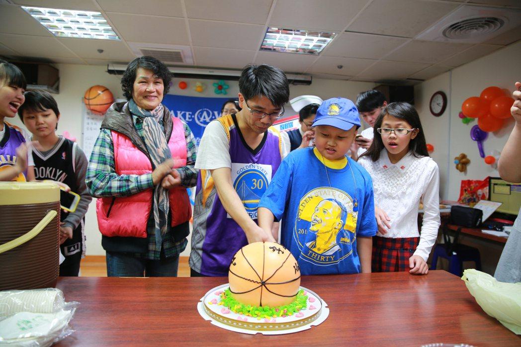 罹患惡性淋巴瘤的小宇穿上NBA球星柯瑞親筆簽名、球衣、球帽,快樂地在手術前夕參加...