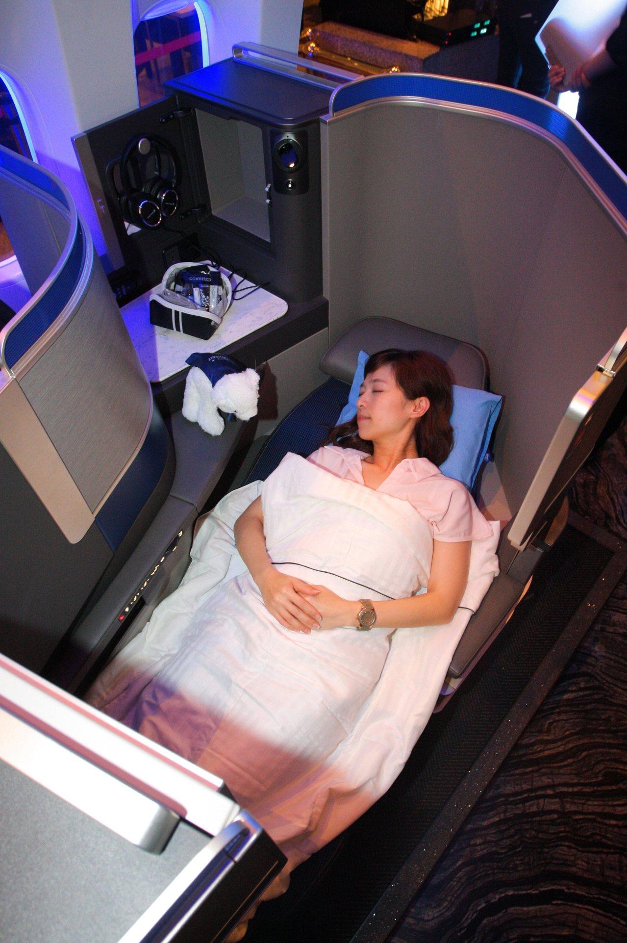 Polaris 商務艙採可全平躺的座位,座位全長達200公分。記者陳睿中/攝影