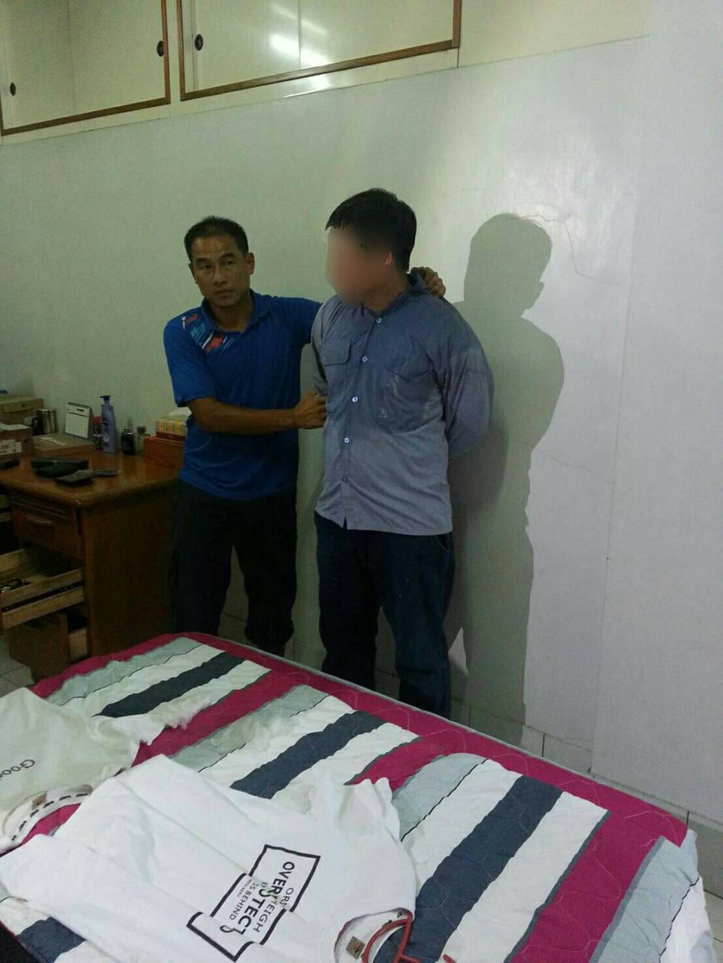 警方在劉男(右)家中逮捕他。記者劉星君/翻攝