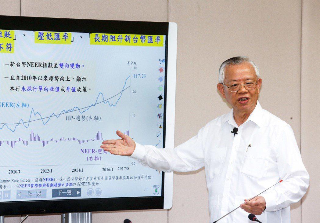 中央銀行下午舉行理監事聯席會議會後記者會,總裁彭淮南表示,將維持政策利率不變。記...