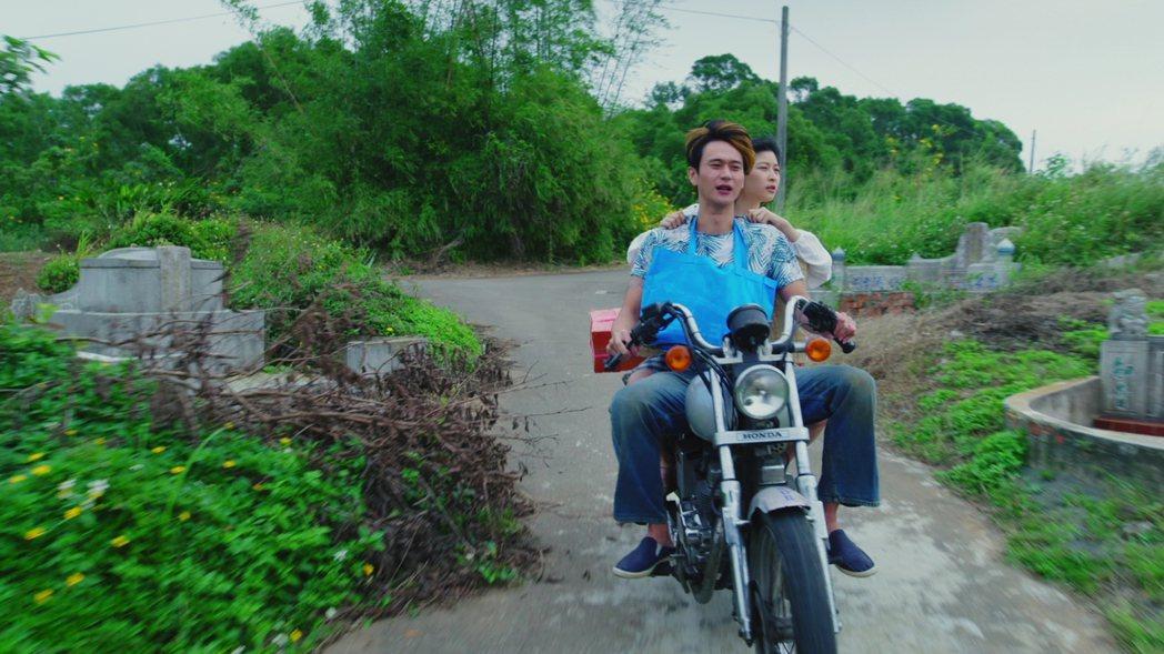 劉冠廷(前)與江宜蓉騎車戲發生意外。圖/好風光提供