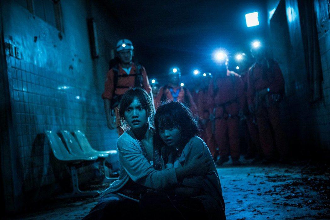 楊丞琳(左)在「紅衣小女孩2」挑戰演15歲少女的母親。圖/威視提供