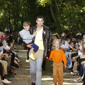 巴黎男裝周/平凡老爸的逆襲 BALENCIAGA帶小孩散步