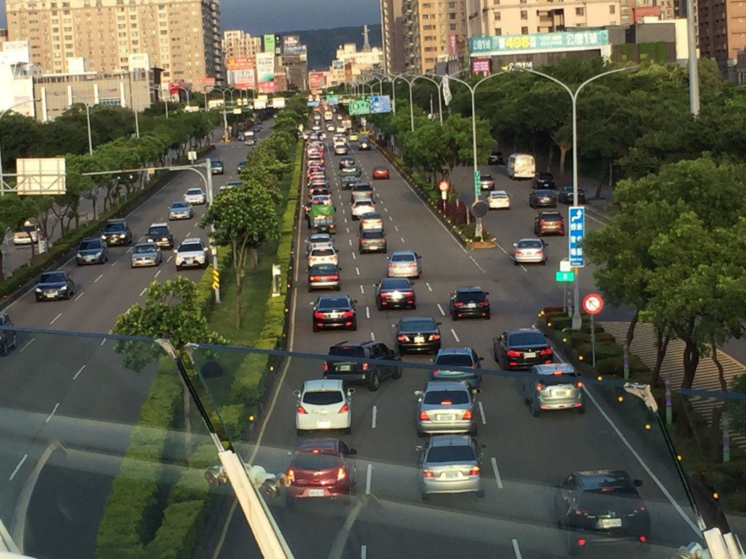 竹北交流道長期擁塞,高公局指出目前計畫採環道或半直接式匝道銜接。記者郭政芬/攝影