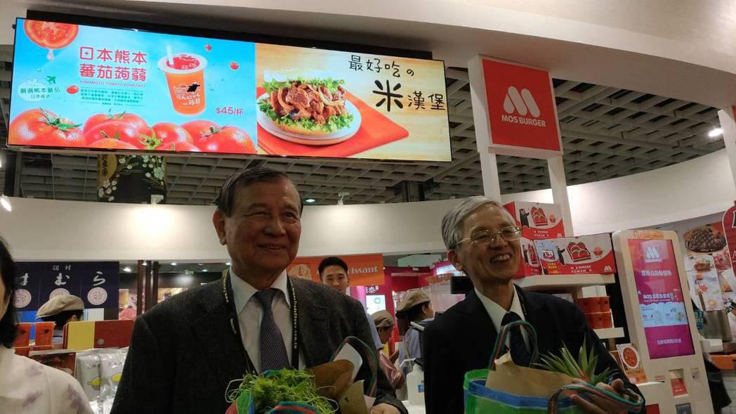 東元集團會長黃茂雄(左)表示,將推動東元發展服務型機器人, 需求量是工業型機器人...