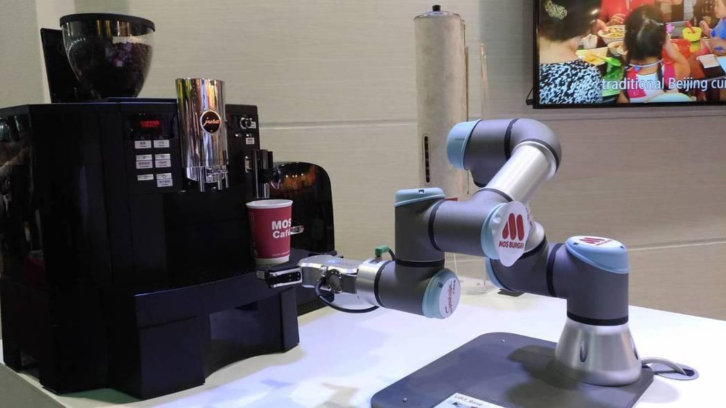 東元旗下安心食品的摩斯漢堡,亮相咖啡機自動手臂, 三分鐘內完成客戶點選的咖啡。記...