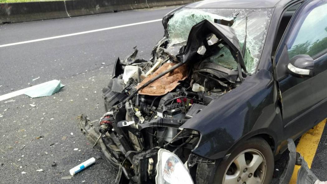 陳姓員警今天中午返家照顧女兒,返回警局上班途中追撞工程車,車頭全毀車體變形。記者...