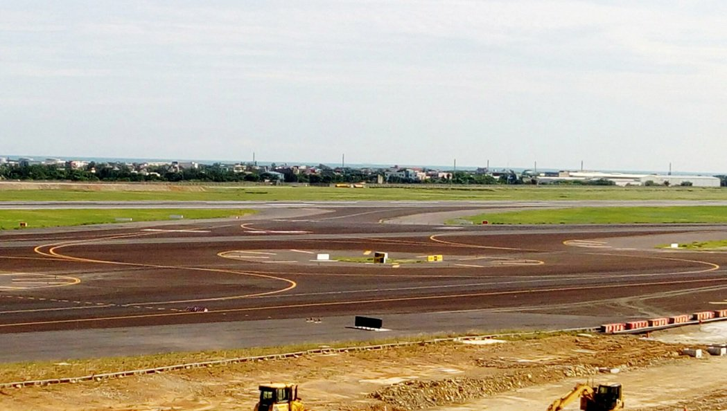 桃園機場北跑道重要的聯絡滑行道W1及W2,22日完工啟用。 (桃園機場公司提供...