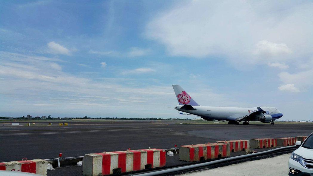 桃園機場北跑道重要的聯絡滑行道W1及W2,22日完工啟用,從北跑道降落的航機靈活...